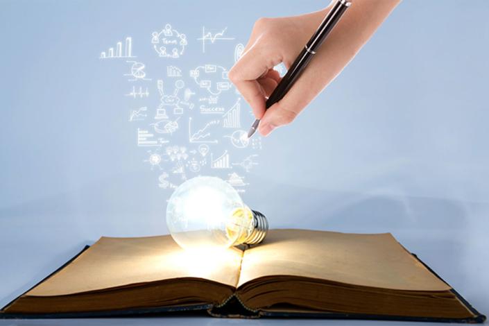 Buch leuchtet Lampe